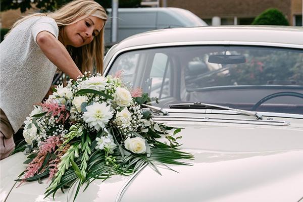 Bruids bloemen op auto