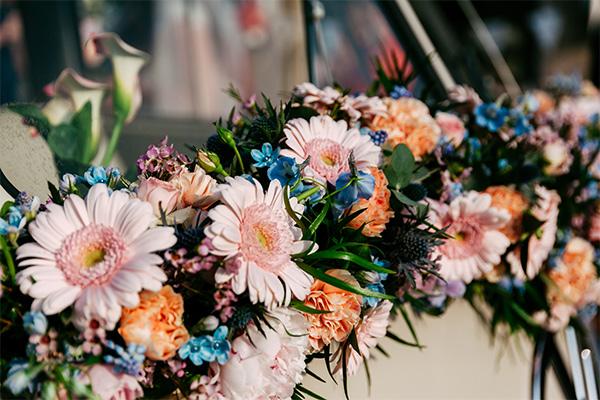 bruidbloemen op auto